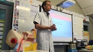 Kinderen krijgen voorlichting van KNO arts over gehoorschade