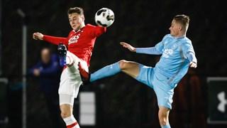 Fabian Korporaal van Jong FC Twente (rechts) in duel met Teun Koopmeiners