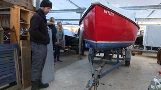 Jeroen Scheper inspecteert zijn zeilboot in de winterstalling