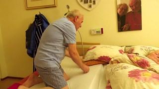 Meneer Dechering slaapt een nachtje bij zijn vrouw
