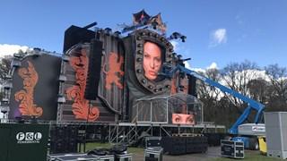 De voorbereidingen aan het hoofdpodium van Kingsland in Oldenzaal zijn bijna af