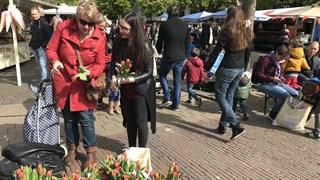 Het doel van de tulpen wordt ook uitgelegd aan iedereen die dat wil horen