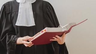 Advocaat rechter toga rechtbank