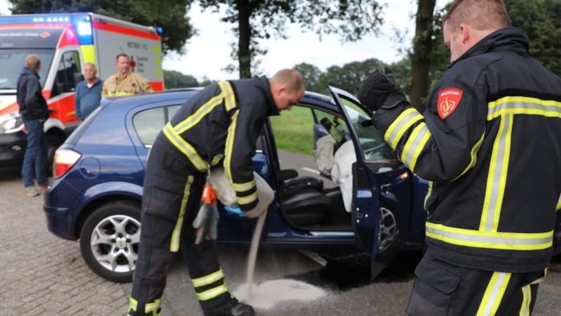 Auto knalt tegen boom in Oud Ootmarsum: twee gewonden - RTV Oost