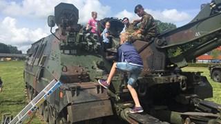 Klimmen op een legervoertuig