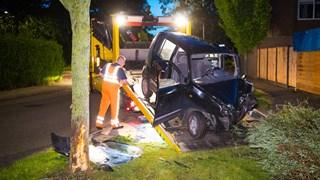De auto vloog uit de bocht en raakte een boom