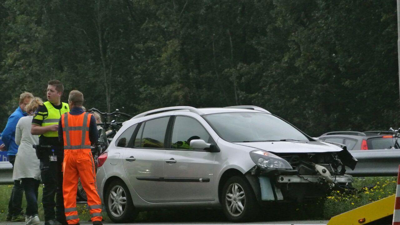 Auto botst tegen vangrail op A28 bij Staphorst