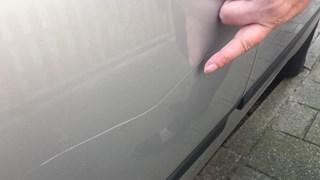 Kras op auto van Francis Hilge