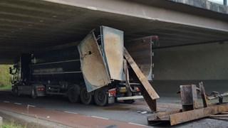 De vrachtwagen met te hoge lading heeft het viaduct geramd in Enter
