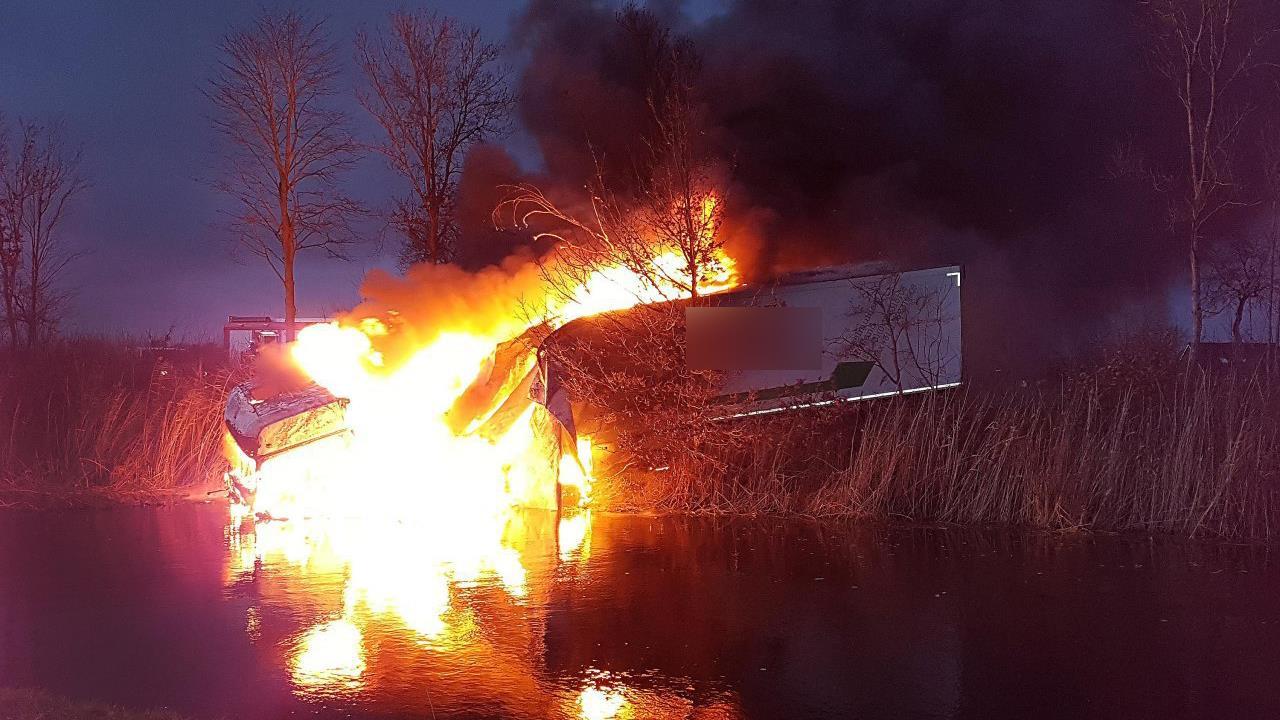 Dodelijk ongeluk op de N377: vrachtwagen in brand.