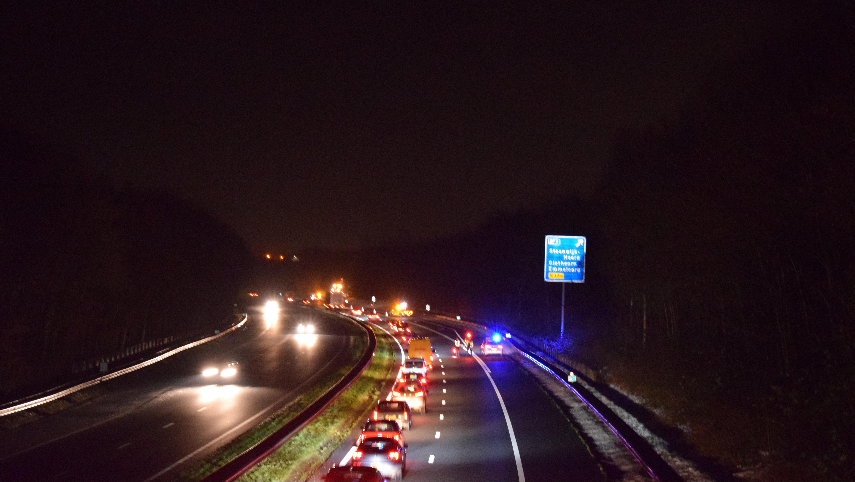 Bedrijfswagen komt in botsing met verkeersbord en belandt op zijkant: file A32 bij Steenwijk.