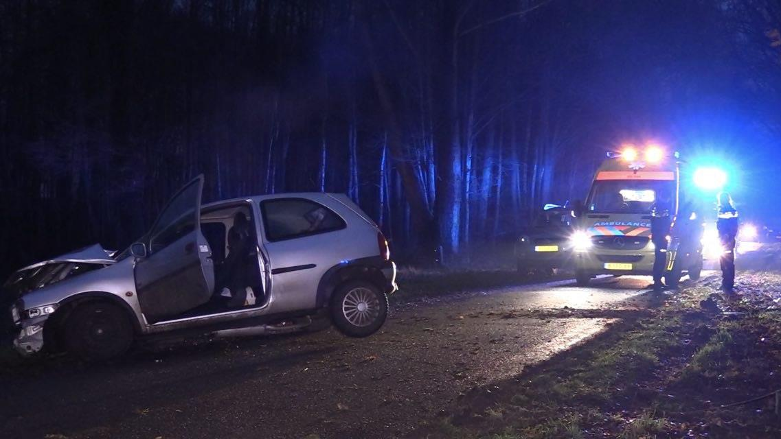 Drie gewonden bij botsing auto tegen boom in Reutum.