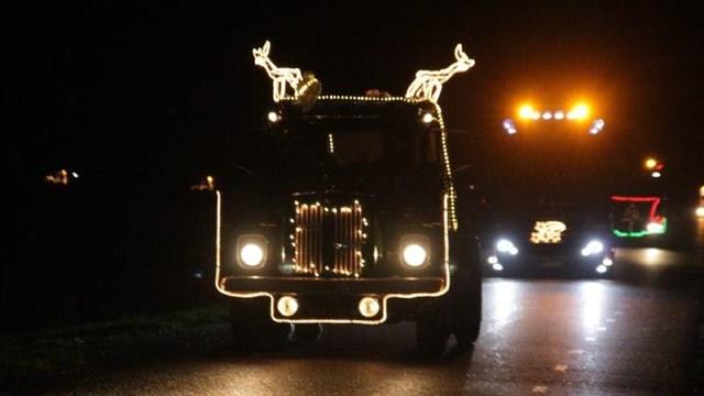 De stoet met 35 verlichte trucks - fotograaf: Alex Wever
