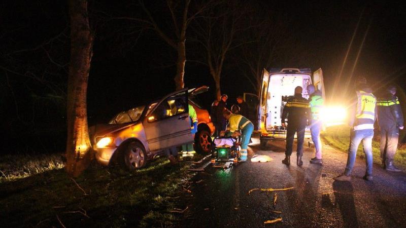 Gladheid veroorzaakt ongeluk; auto glijdt tegen boom in Scheerwolde.