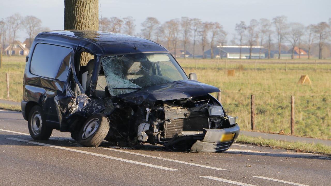 Auto total loss bij ongeluk tussen Goor en Lochem.
