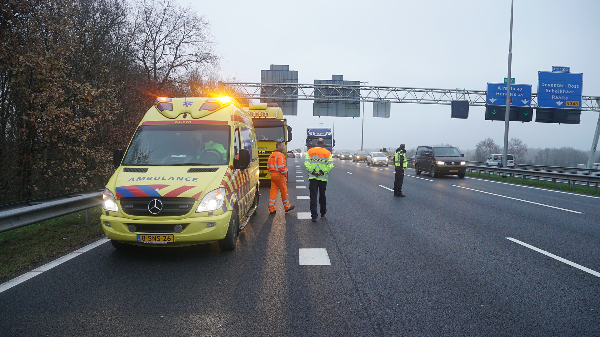 Lange file door ongeluk op A1 bij Deventer.