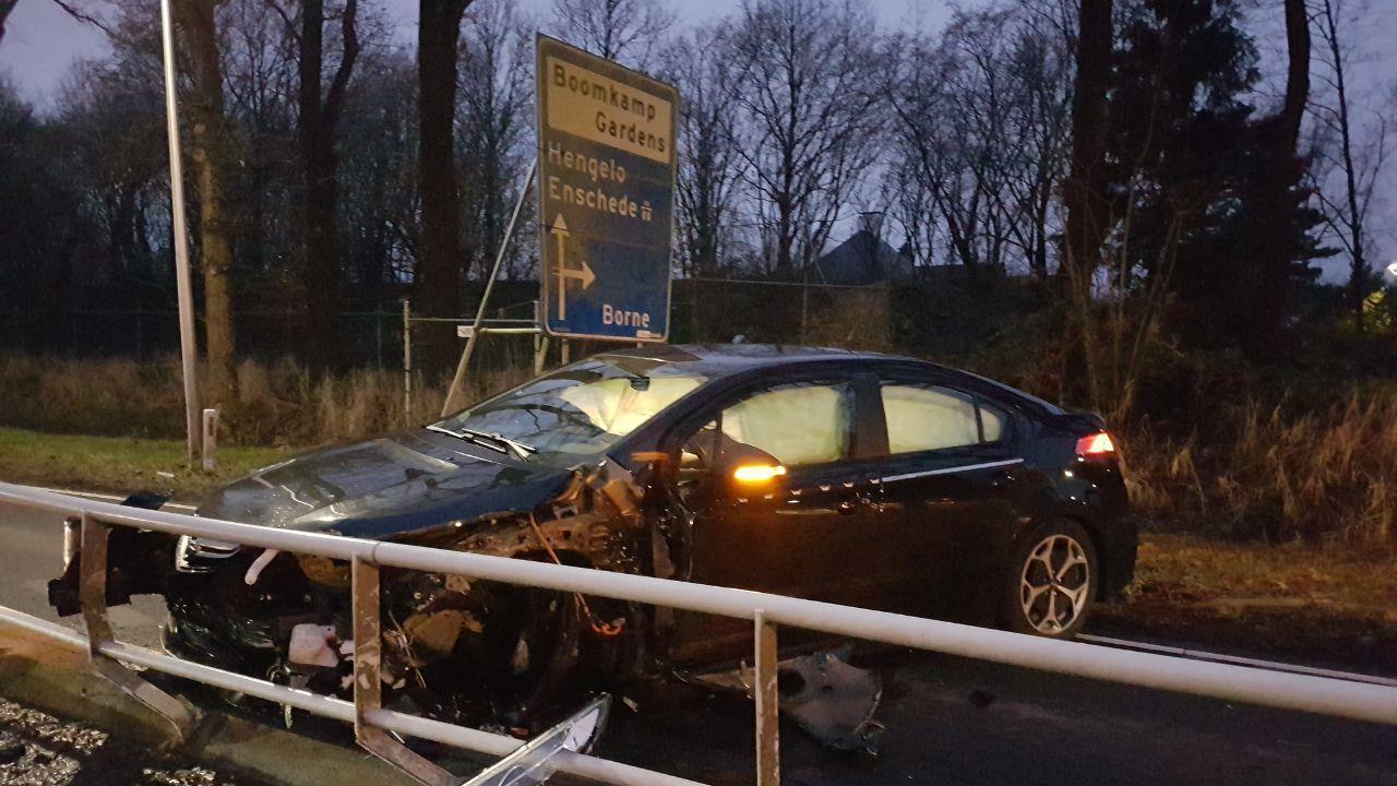 Auto flink beschadigd bij ongeluk Borne.