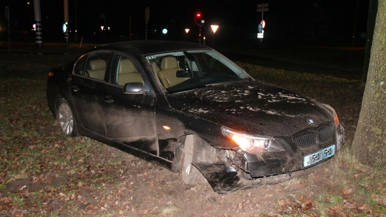 Taxichauffeur raakt gewond bij botsing tegen lantaarnpaal in Goor.