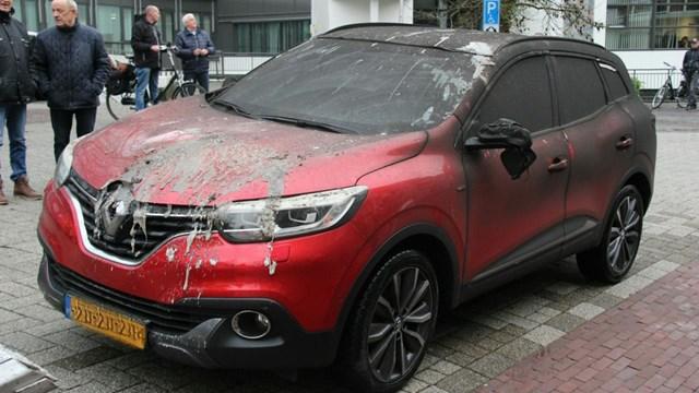 Een bergingsbedrijf sleept de auto\'s uit de parkeergarage - fotograaf: News United / Jan Willem Klein Horstman