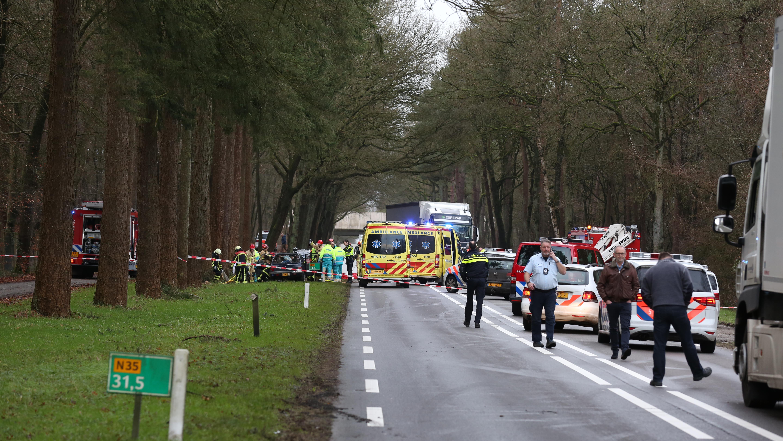 Ernstig ongeluk op N35 bij Haarle, weg in beide richtingen afgesloten.
