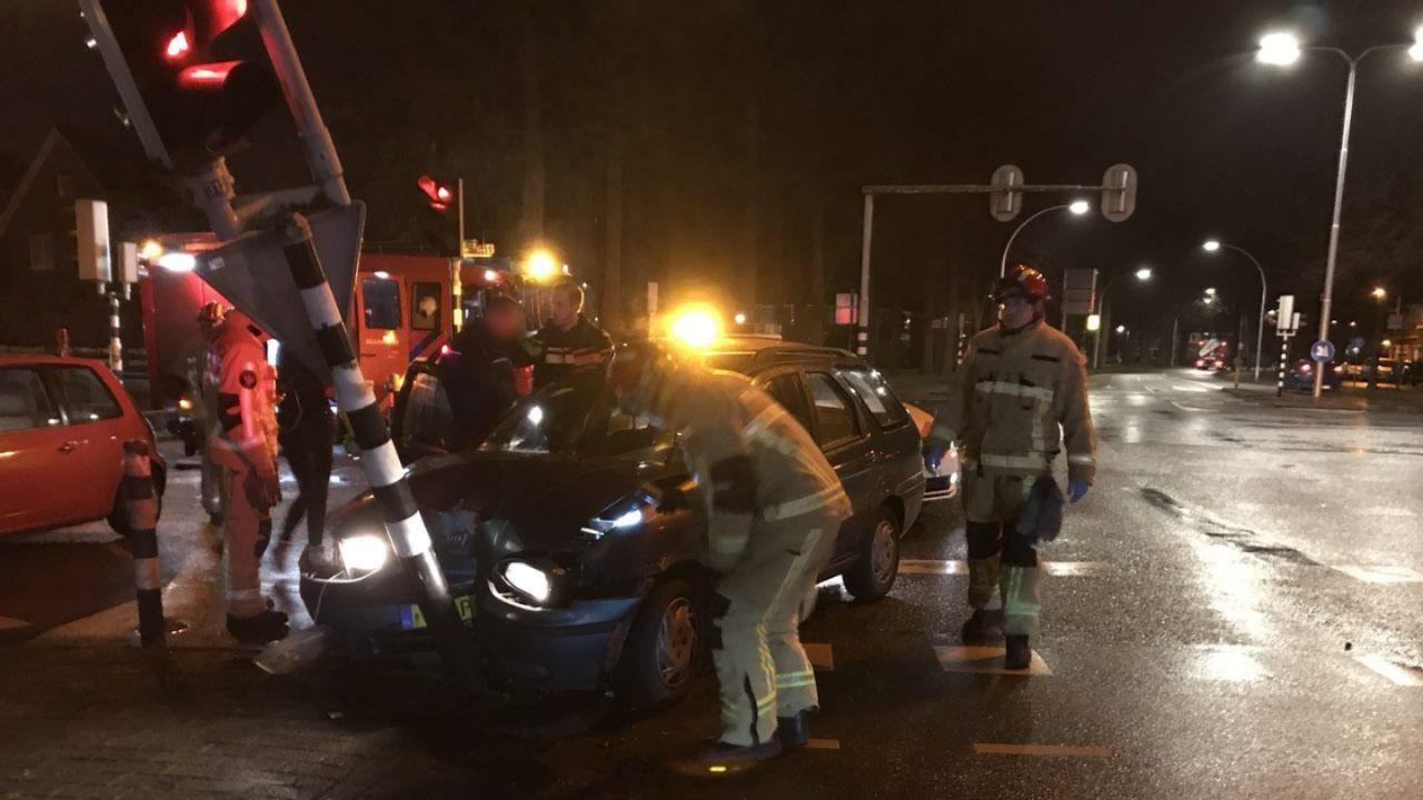Botsing tussen twee autos in Almelo.