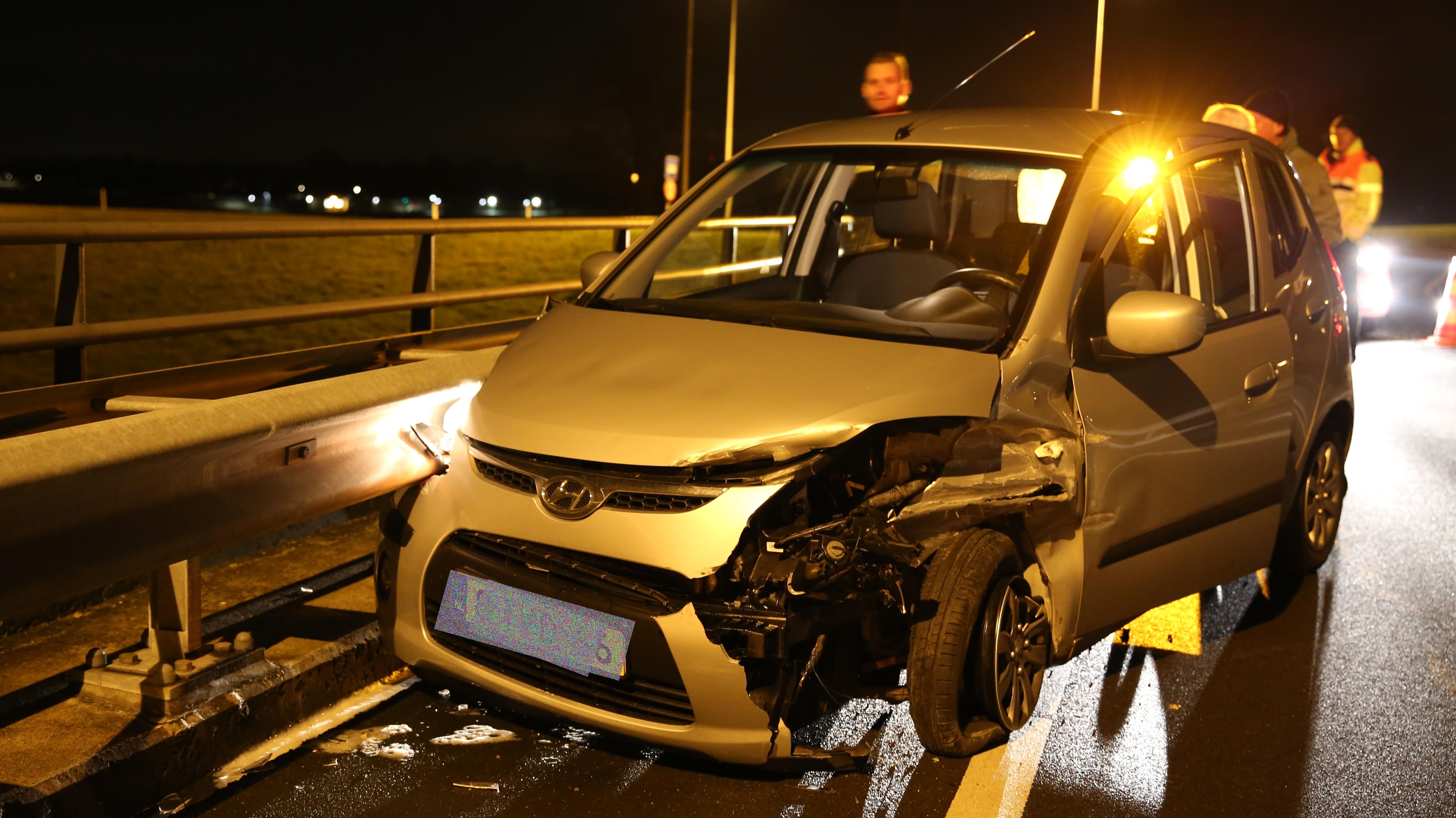 Twee gewonden bij ongeval met drie voertuigen in Almelo.