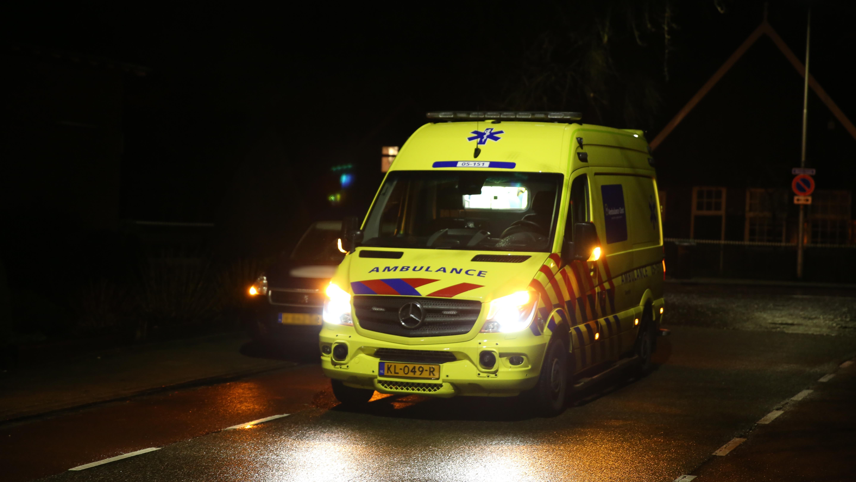 Krantenbezorger naar het ziekenhuis na aanrijding in Vriezenveen.