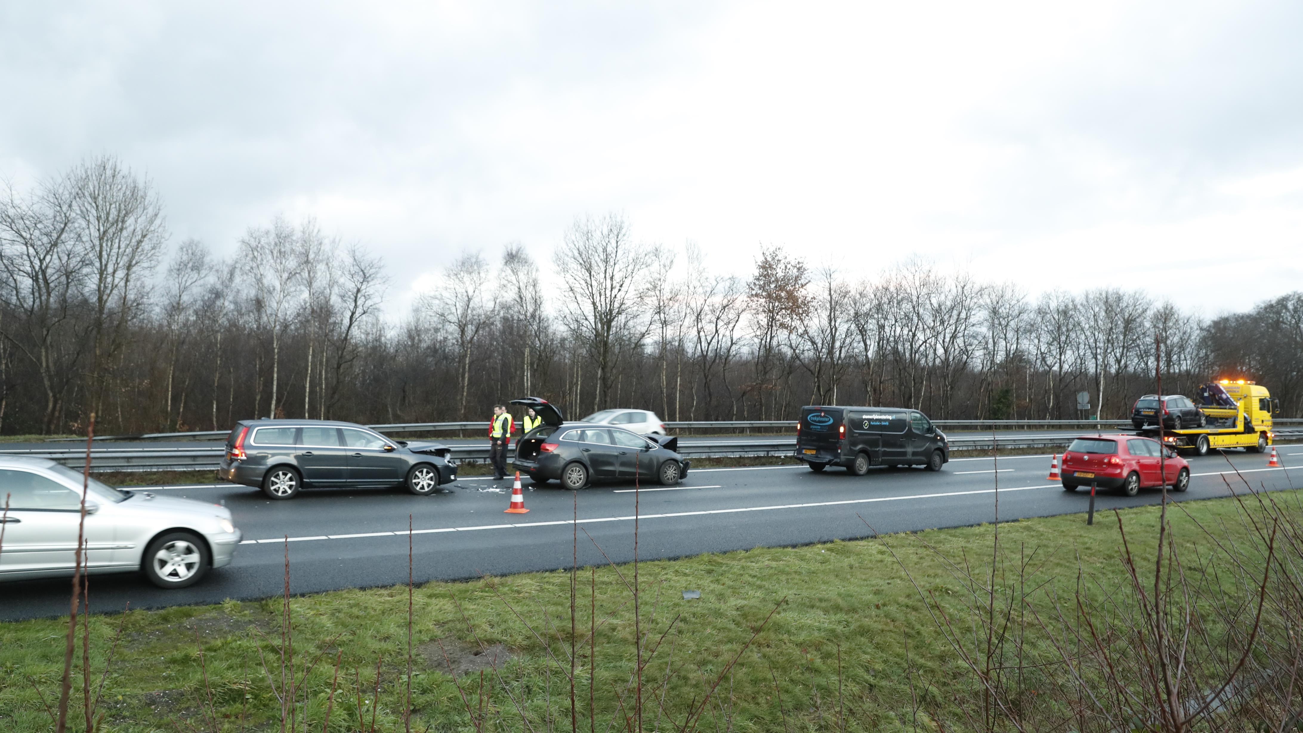 A28 tussen Hattem en Zwolle afgesloten geweest na ongeluk, file neemt weer af.