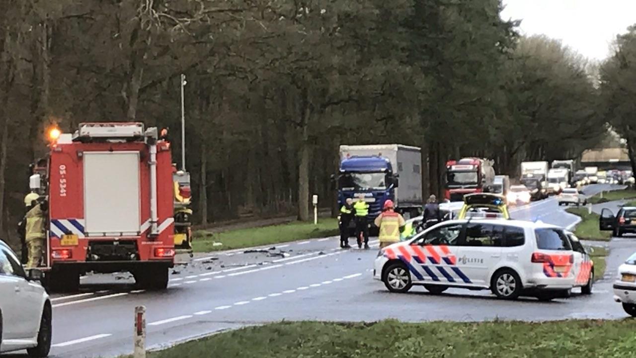 Twee gewonden bij frontale botsing op N35 in Haarle, weg is afgesloten.