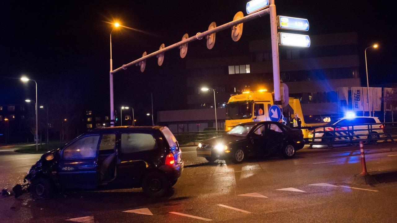 Twee gewonden bij botsing autos in Zwolle.