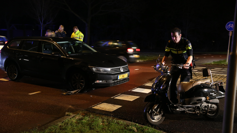 Scooterrijders gewond bij botsingen met auto in Wierden en Enter.