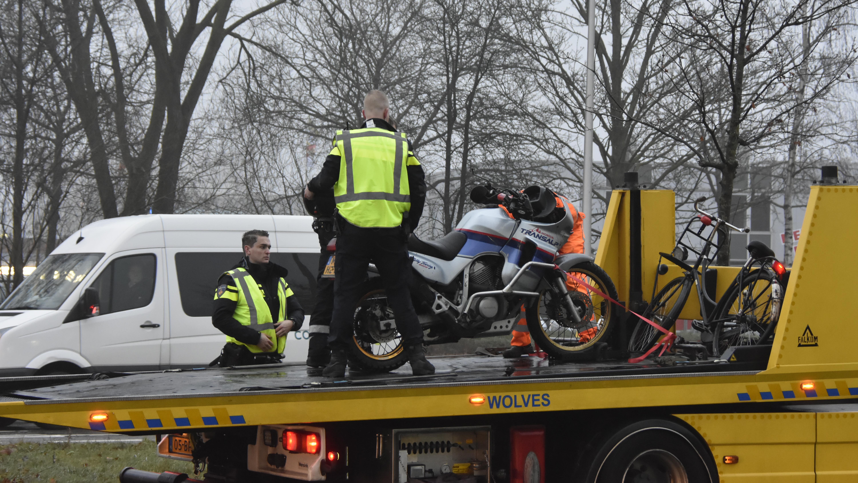 Fietser en motorrijder gewond geraakt bij botsing in Zwolle.