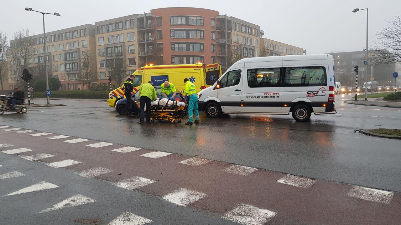 Bestuurster auto gewond geraakt bij botsing met taxibus in Enschede.