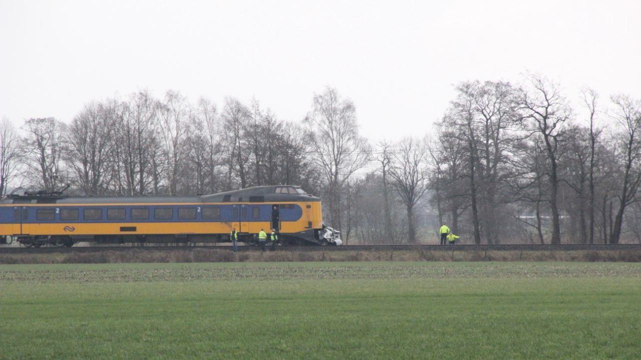 Automobilist omgekomen na botsing met trein in Rijssen.