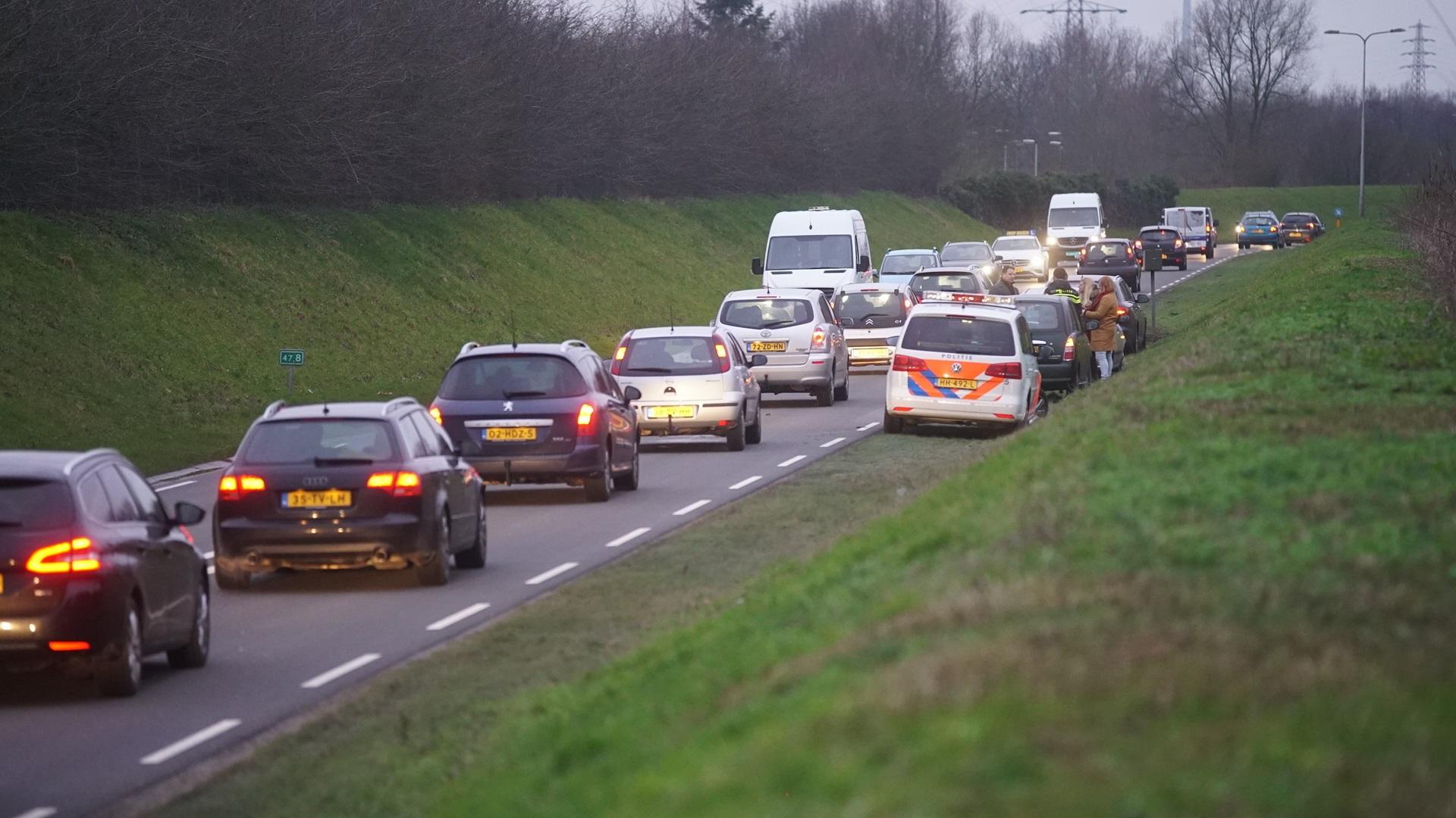 Kop-staartbotsing op N348 in Deventer leidt tot verkeerschaos.