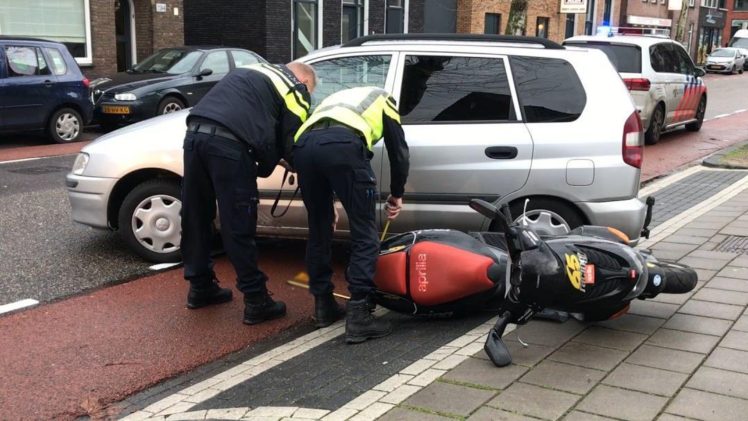 Scooterrijder gewond bij aanrijding in Almelo.