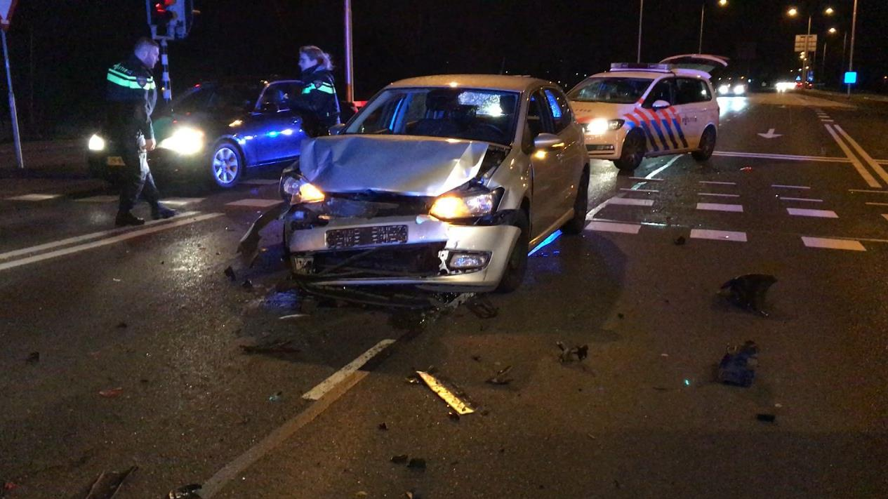 Kop-staartbotsing in Almelo, twee autos zwaar beschadigd.