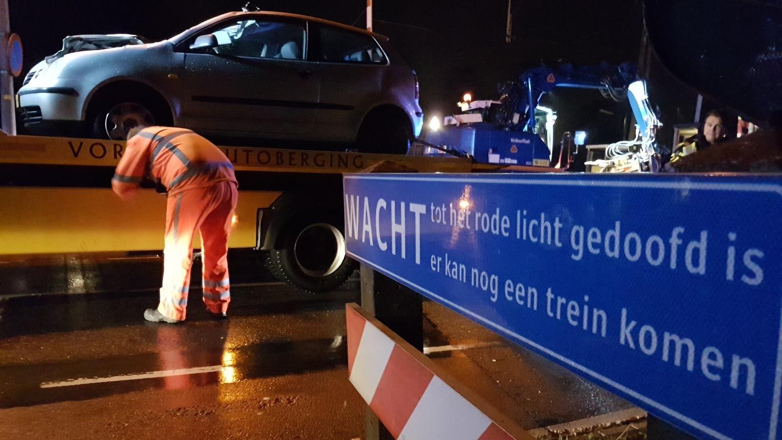 Automobilist gewond bij aanrijding op spoorwegovergang in Hengelo.