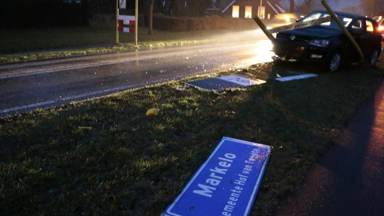 Auto ramt plaatsnaambord Markelo bij eenzijdig ongeluk.