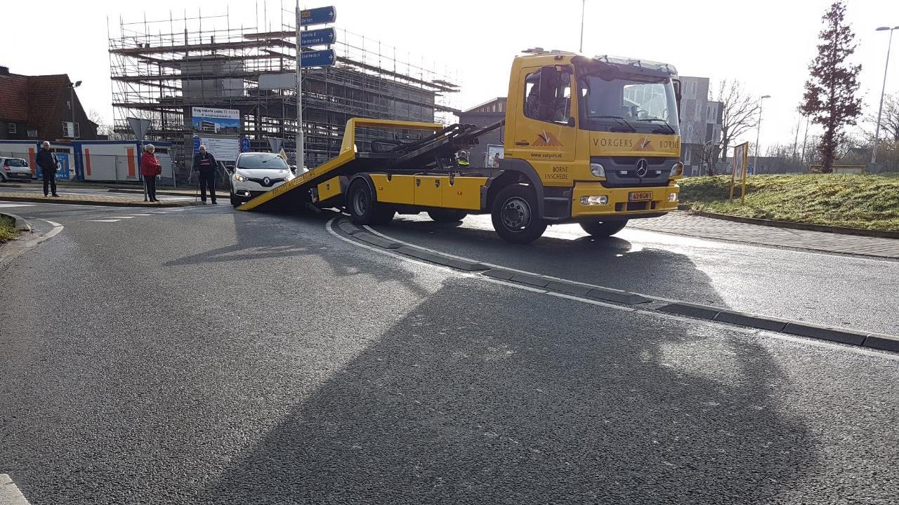 Twee autos afgevoerd in Hengelo na botsing op rotonde.