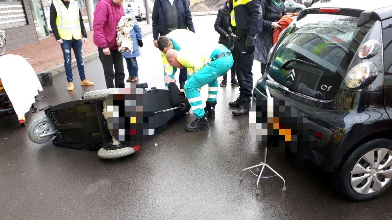 Man in Hengelo met hoofdwond naar ziekenhuis na ongeluk met scootmobiel.