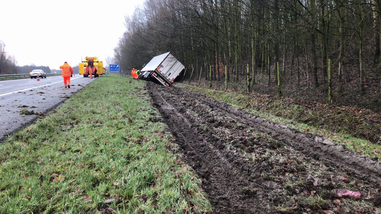 N362 richting Meedhuizen gestremd door gekantelde vrachtwagen.