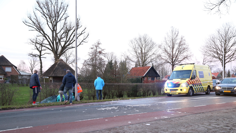 Auto in de sloot bij ongeluk in Vriezenveen.