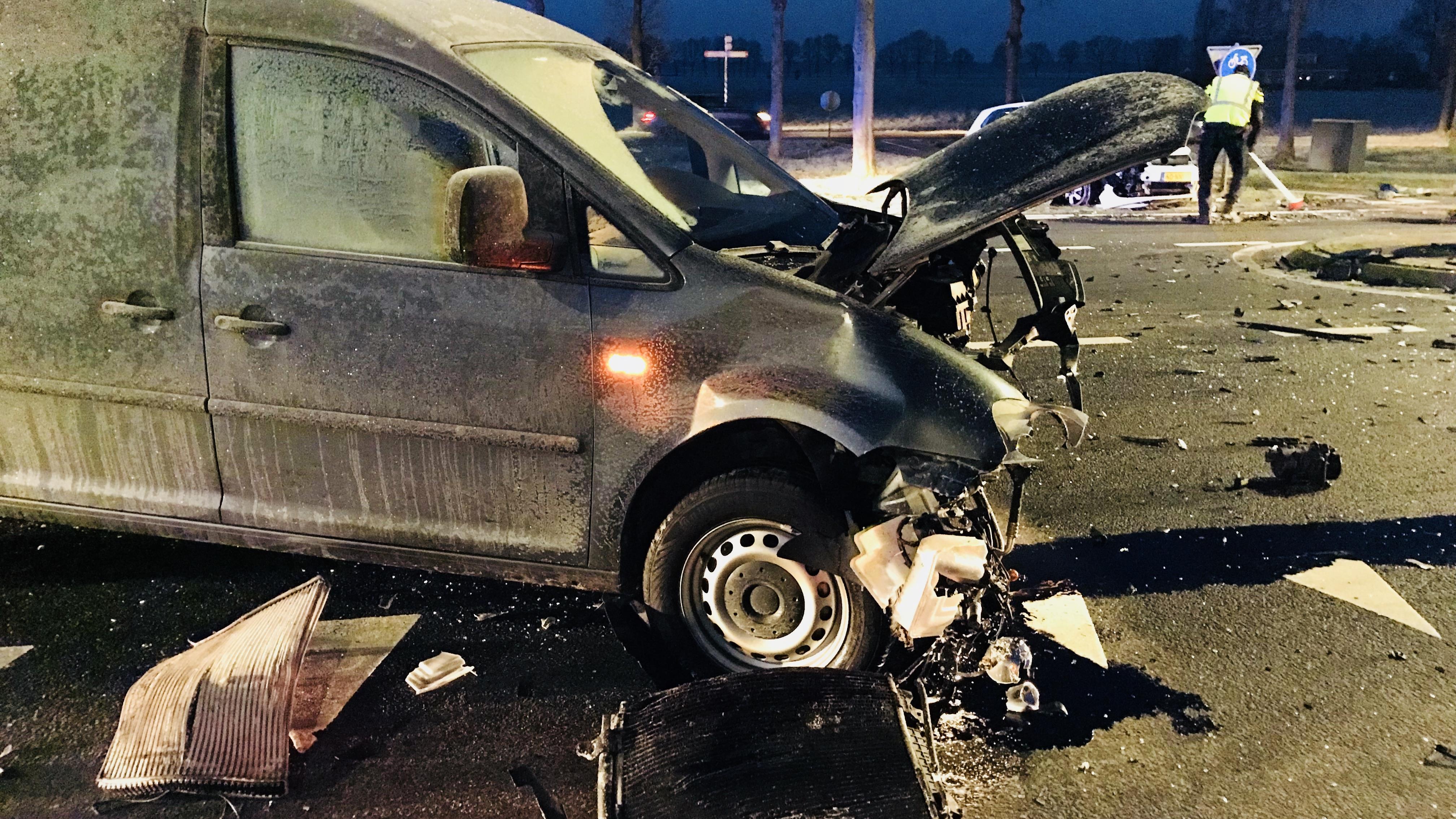 N343 bij Hardenberg bezaaid met brokstukken na ongeluk.