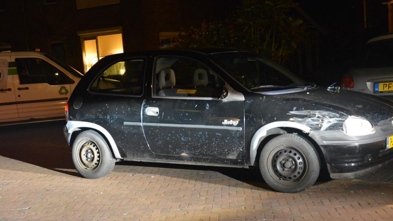 Buurt trekt man die drugs had gebruikt uit auto na ongeluk in Vroomshoop.