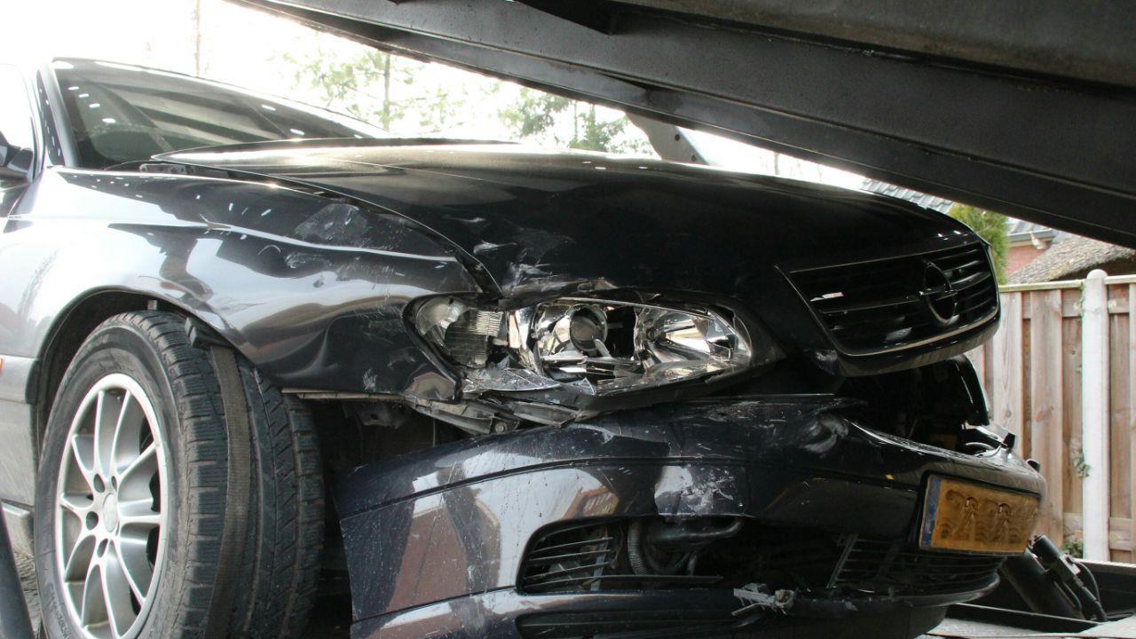 Flinke schade bij ongeluk in Holten.