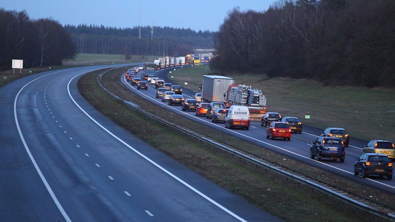 Ongeluk op de A1 bij Rijssen, file groeit snel in de spits.