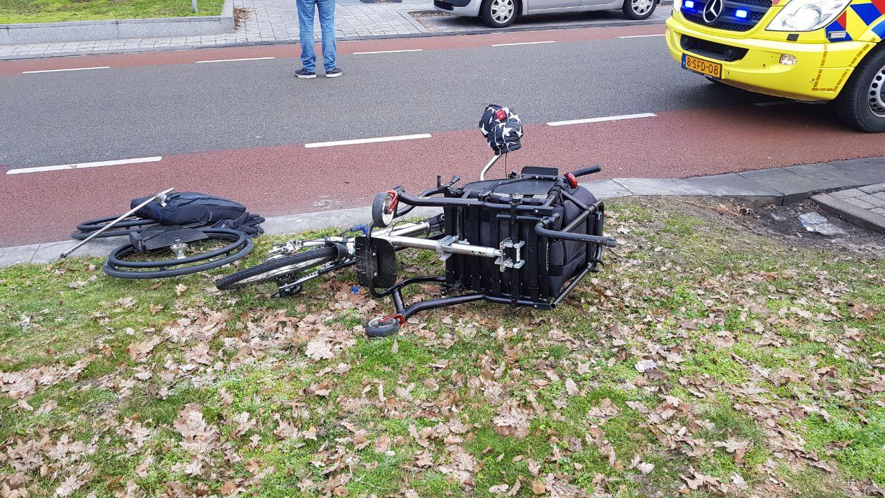 Vrouw op invalidenfiets aangereden door auto in Enschede.