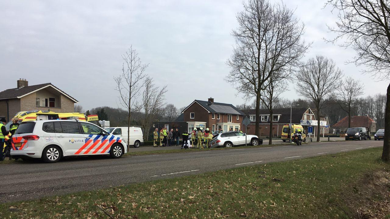 Auto botst tegen boom bij ongeluk bij Lutten.