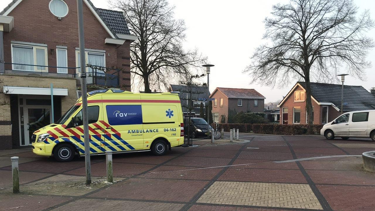 Fietser gewond naar ziekenhuis na aanrijding in Nieuwleusen.
